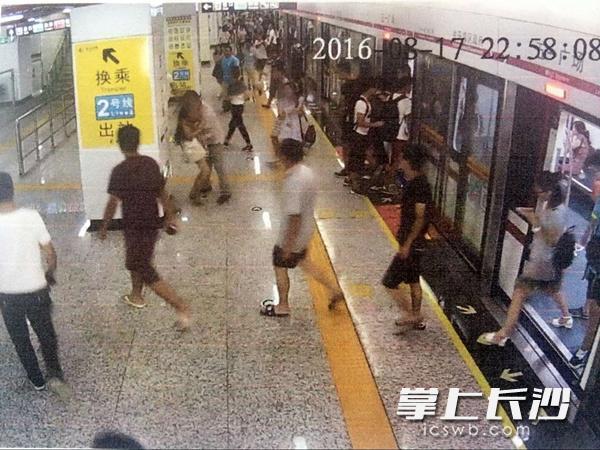 陌生男地铁站强抱轻吻女乘客 称酒后想寻刺激