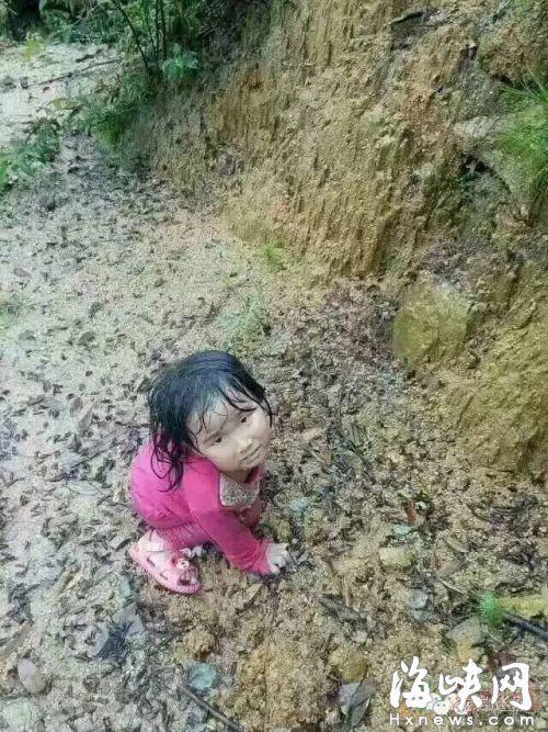 2岁女孩家门口走失 5天后现6公里外山顶