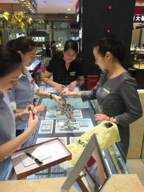 女子提着千元硬币买金项链 店员崩溃傻眼(图)