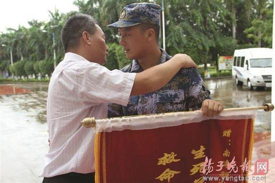 轿车落水特种兵潜水相救 获救者千里赴海南致谢