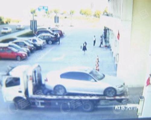 拖车人称自己车坏了 明目张胆将别人豪车拖走